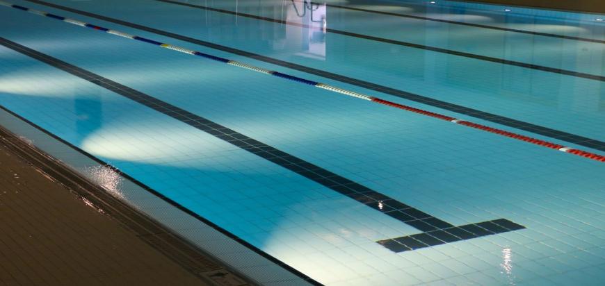indoor-swimming-pool-735309_1920.jpg